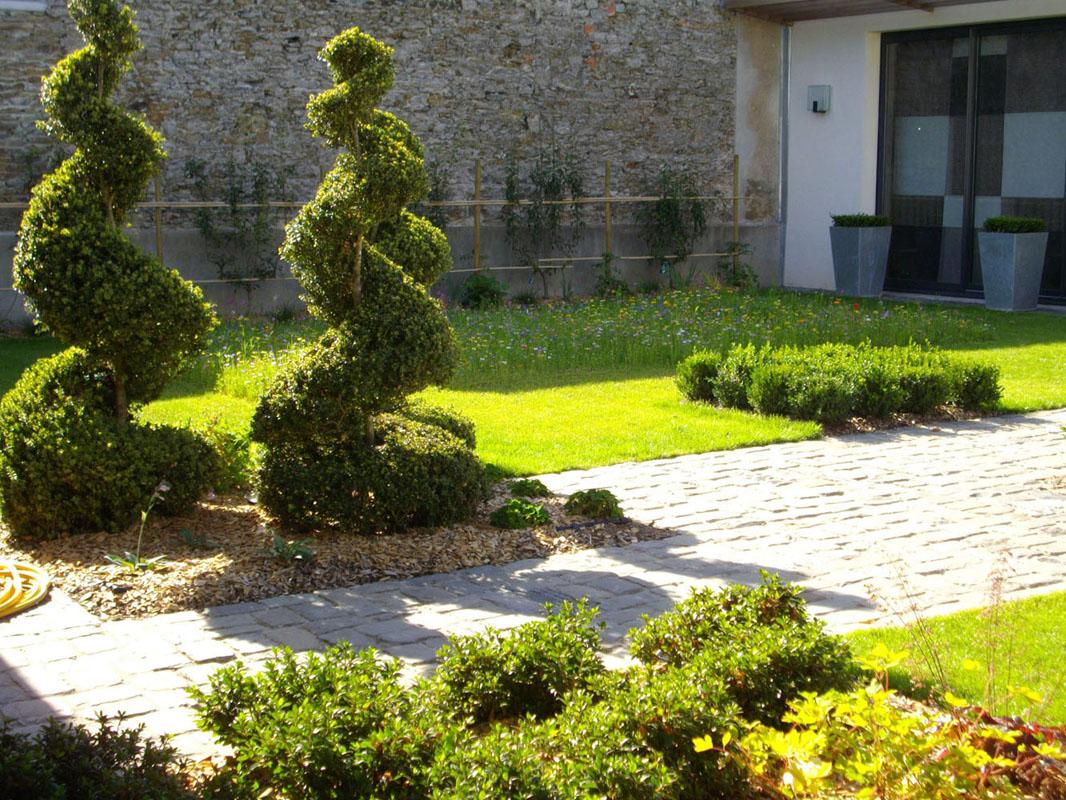 Topiaire arbre sculpte prairie fleurie bassin fontaine for Paysage de jardin