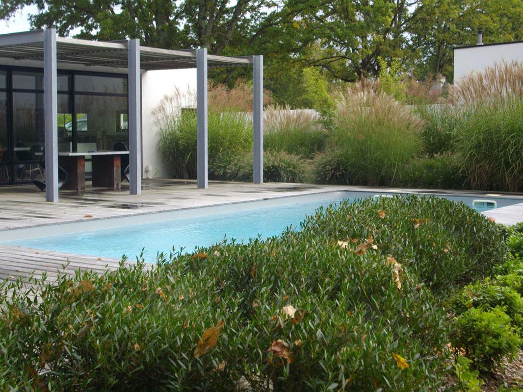 Piscine terrasse bois muret portillon allee sable graminee bambou chene pas japonais for Paysage de jardin