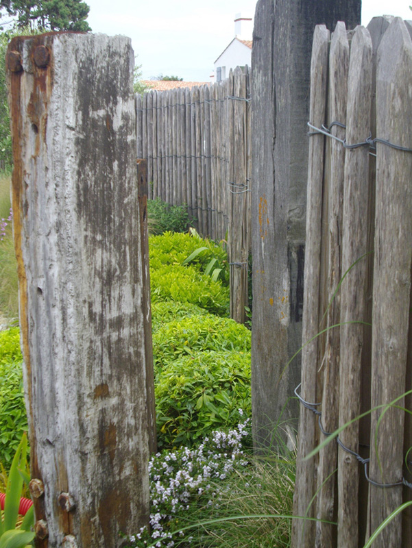 Jardin bord mer sable ganivelle bois graminee extension galet for Cloture bord de mer